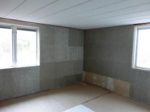 Lapptäckesmässigt alldeles uppåt väggarna